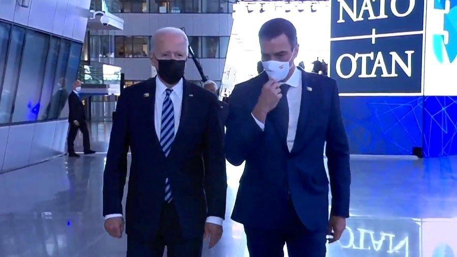 Moncloa vende como encuentro bilateral de Sánchez con Biden una caminata de 30 segundos tras la foto de familia de la OTAN