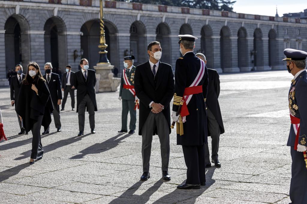 Felipe VI reina, Sánchez gobierna