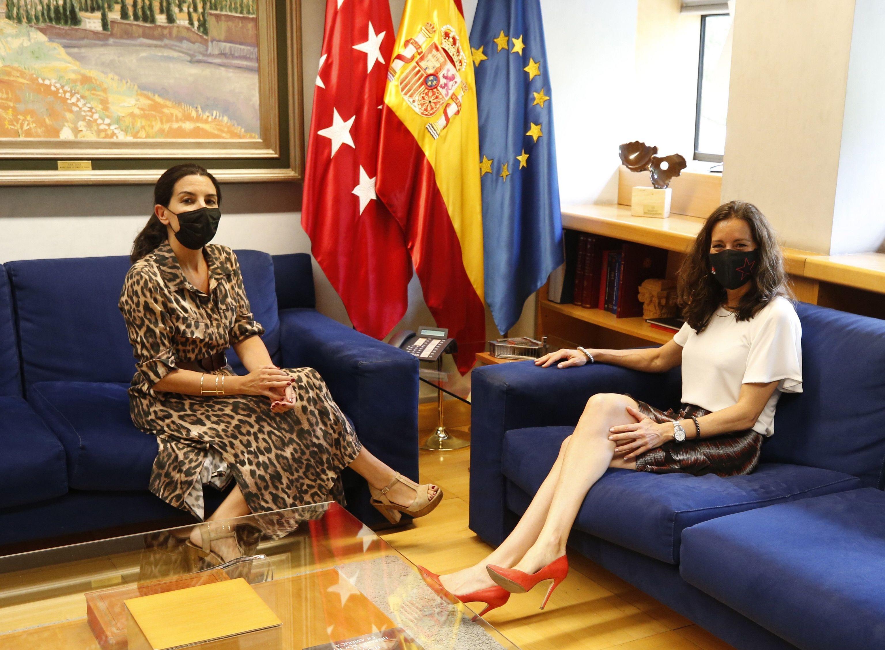 La portavoz de Vox, Rocío Monasterio, ayer durante su reunión con la presidenta de la Asamblea de Madrid, Eugenia Carballedo.