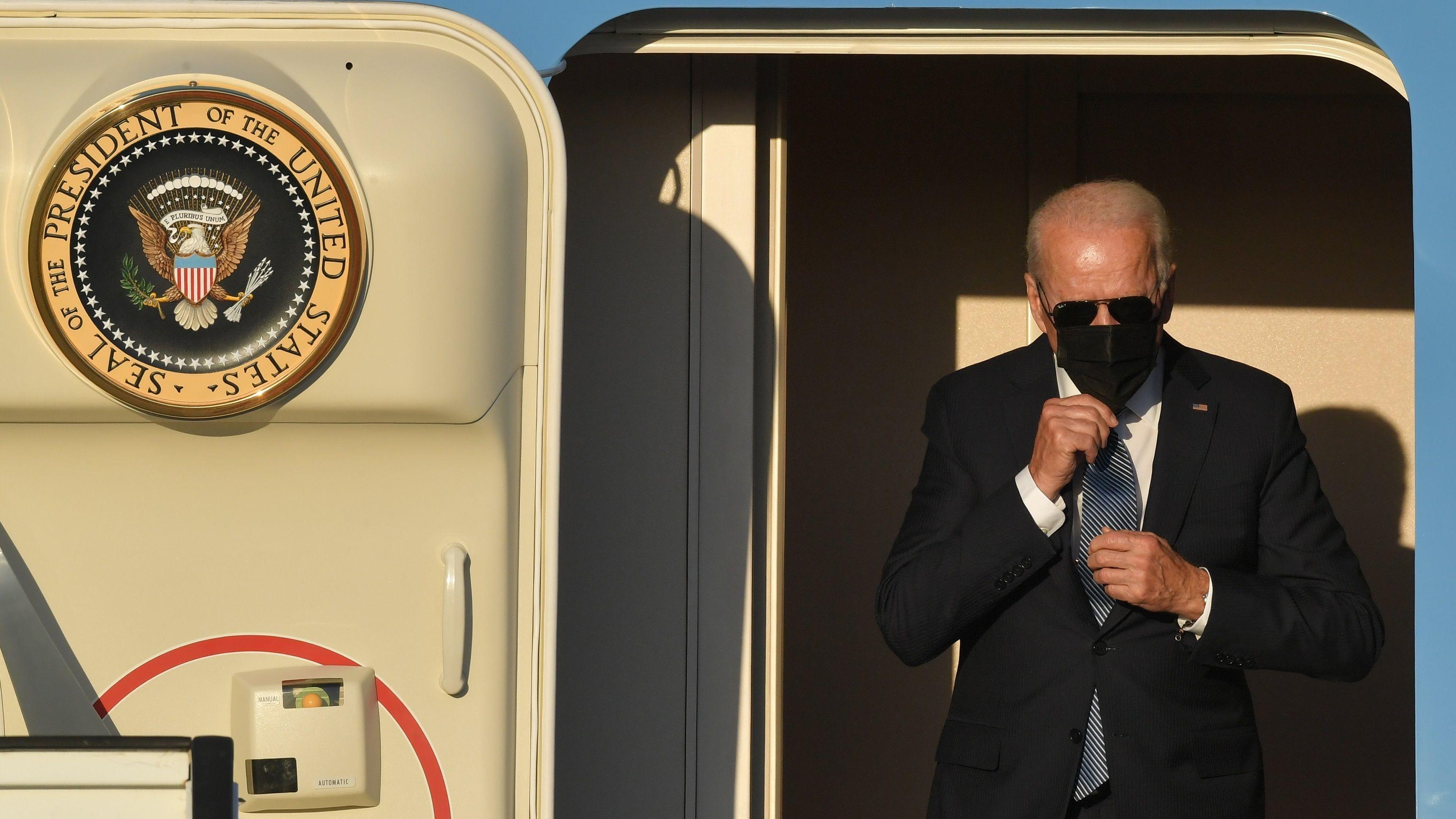 Joe Biden desembarca del Air Force One a su llegada hoy a Bruselas.