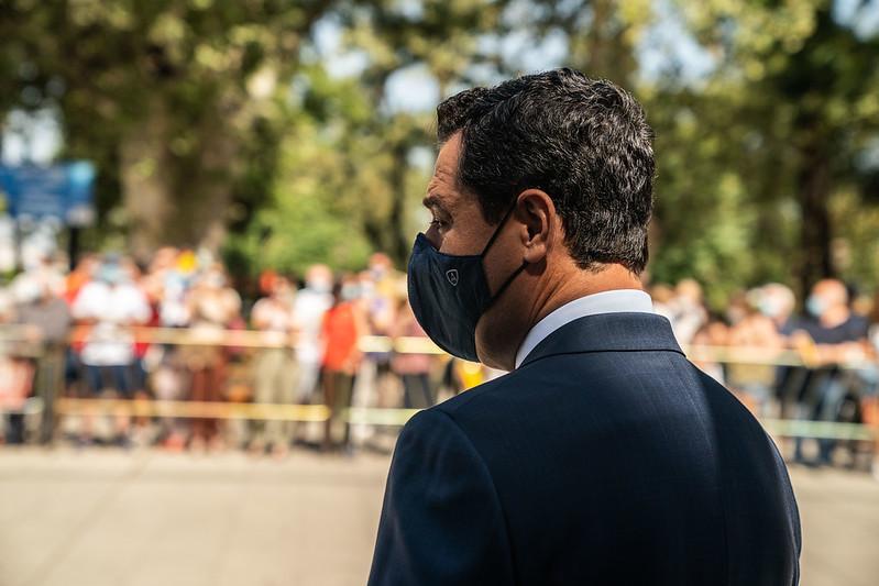 Juanma Moreno, este lunes, a las puertas de San Telmo.