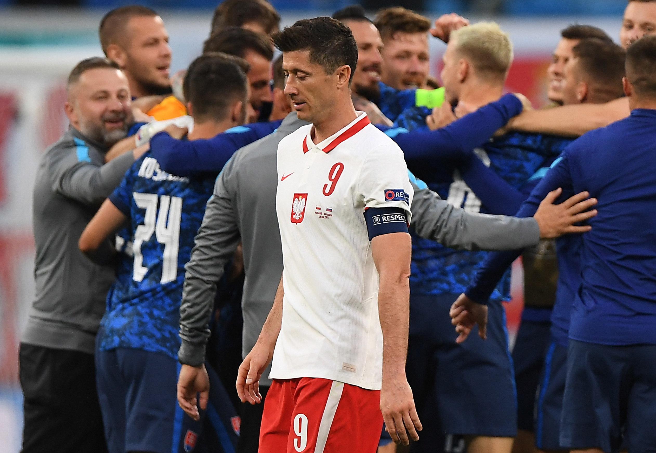 Lewandowski se retira del campo tras la derrota.