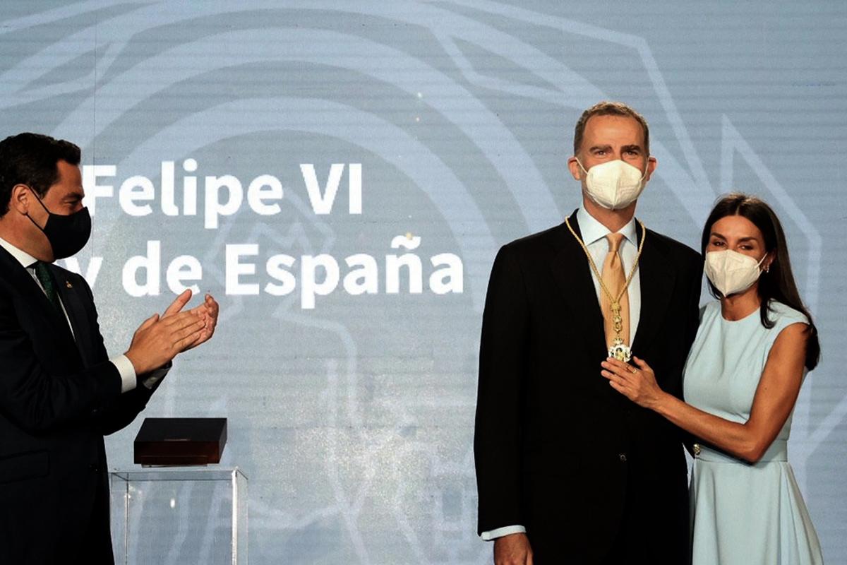 Los Reyes y Juanma Moreno, en la entrega de la Medalla de Honor de Andalucía a Felipe VI.