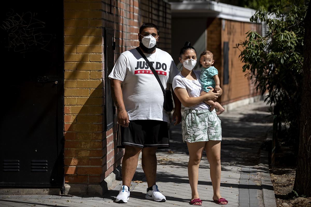 Marcos, Lola y el pequeño Juan, cerca de su casa en Moratalaz (Madrid), el pasado septiembre.
