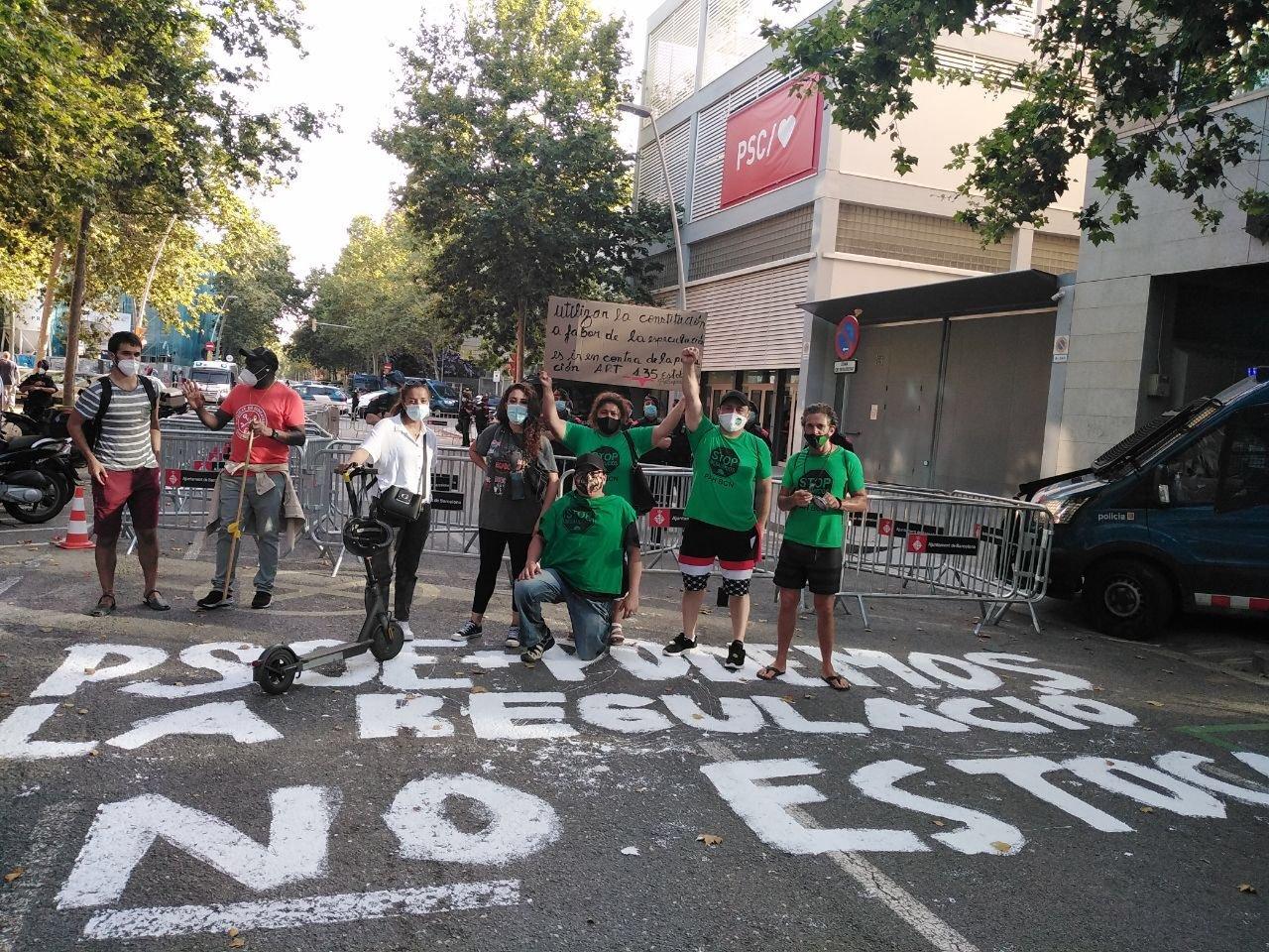 Protesta de la PAH ante la sede del PSC