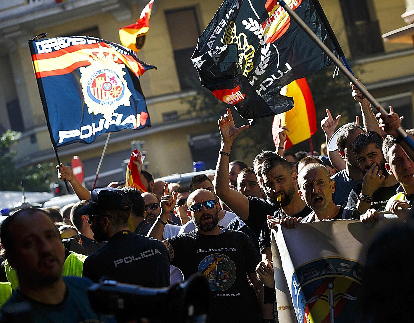 Agentes de la Policía Nacional y la Guardia Civil, manifestándose en Madrid por mejoras laborales.