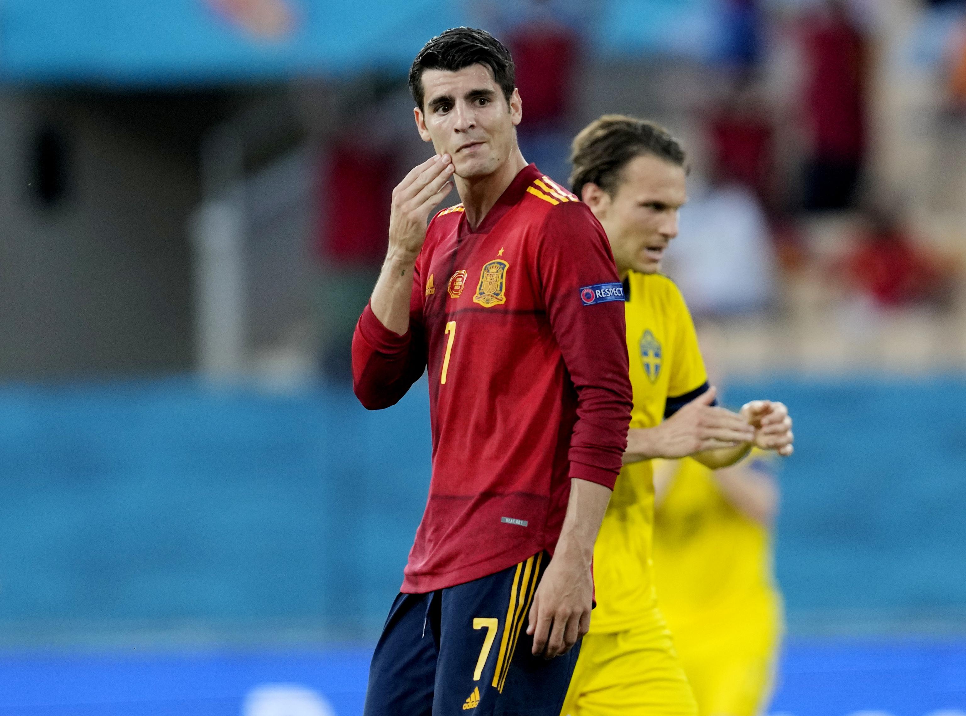 Morata se lamenta durante el partido ante Suecia.