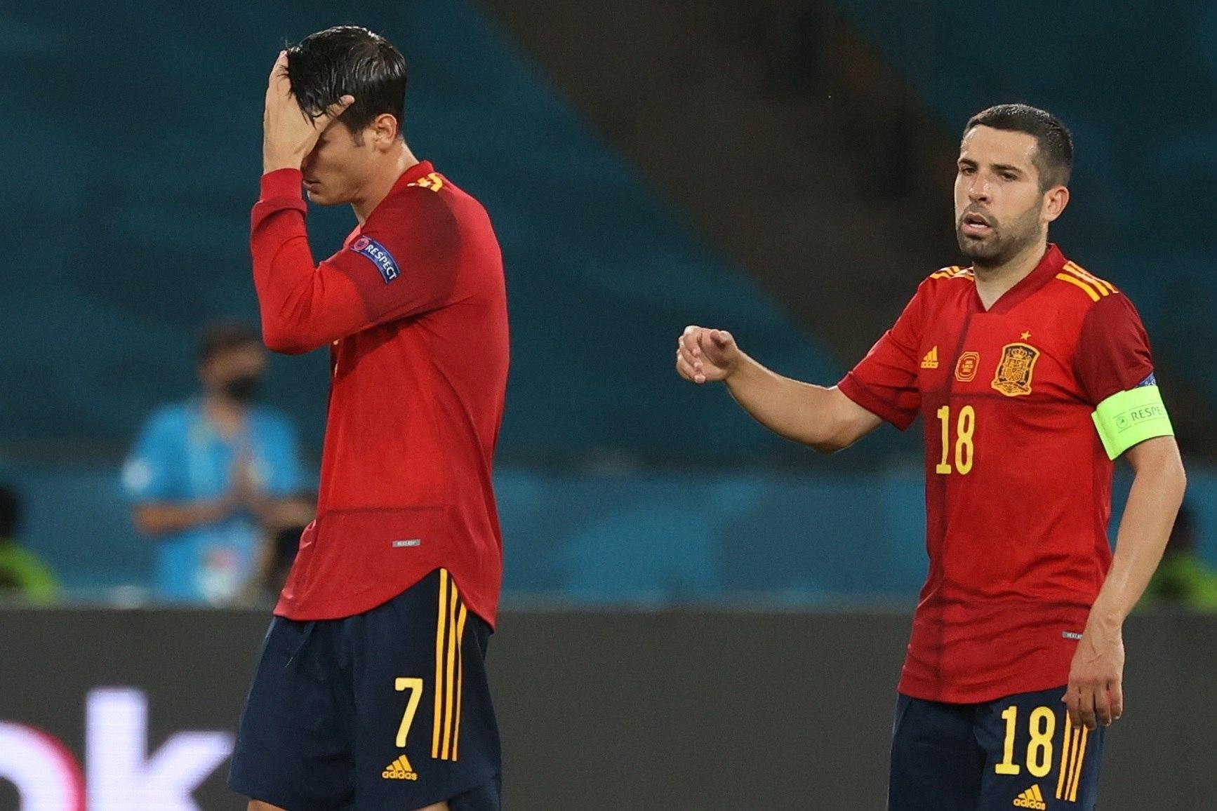 Jordi Alba trata de animar a Morata.
