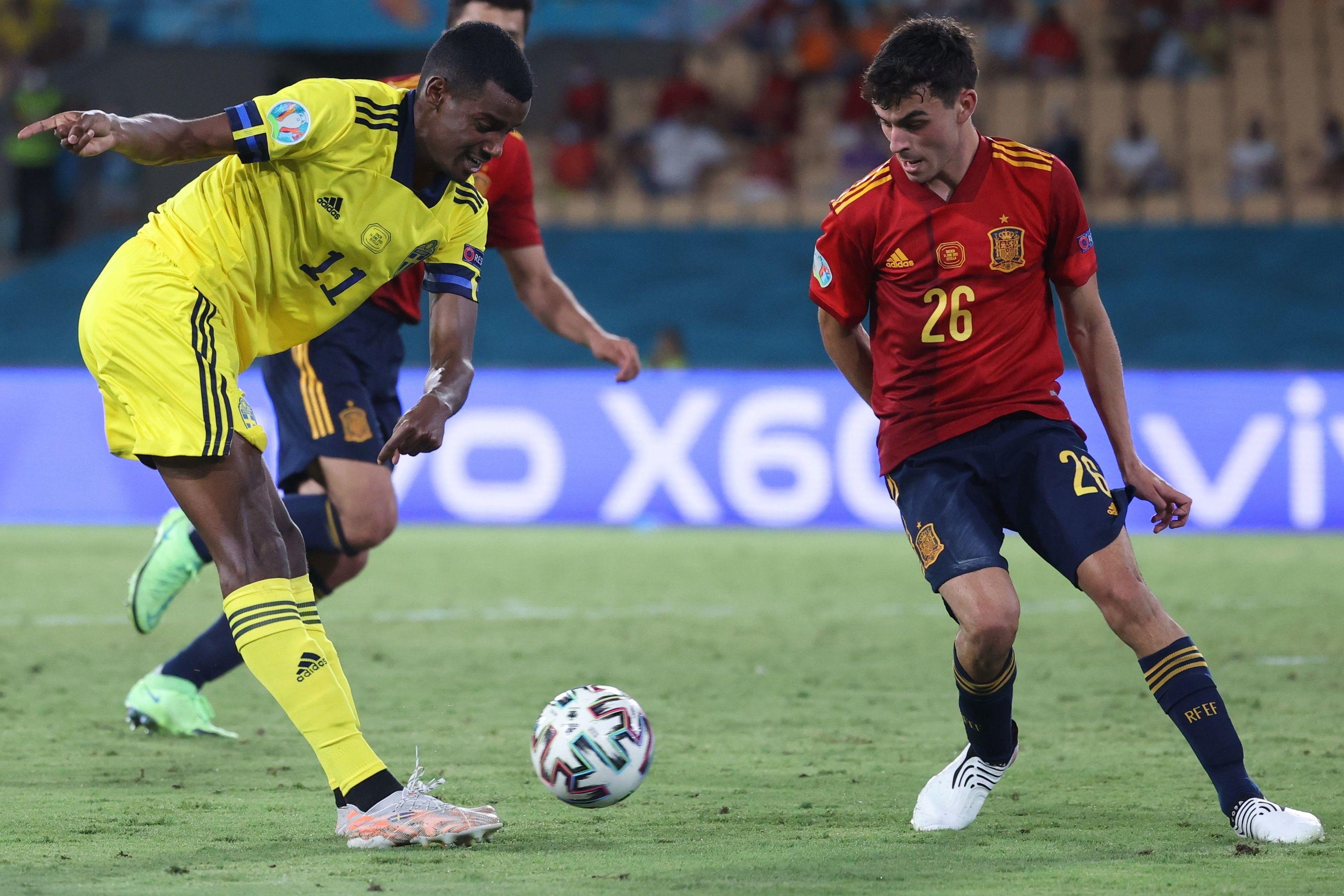 Isak y Pedri, durante el partido en Sevilla.