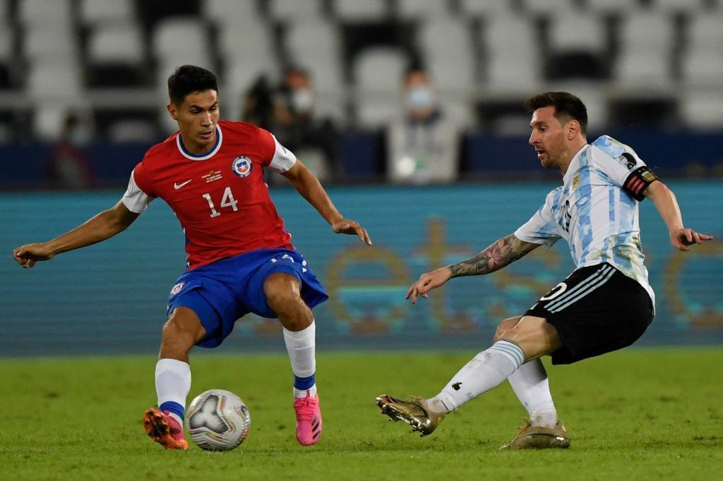 El chileno Pablo Galdames disputa un balón a Leo Messi en el Argentina - Chile de la Copa América.