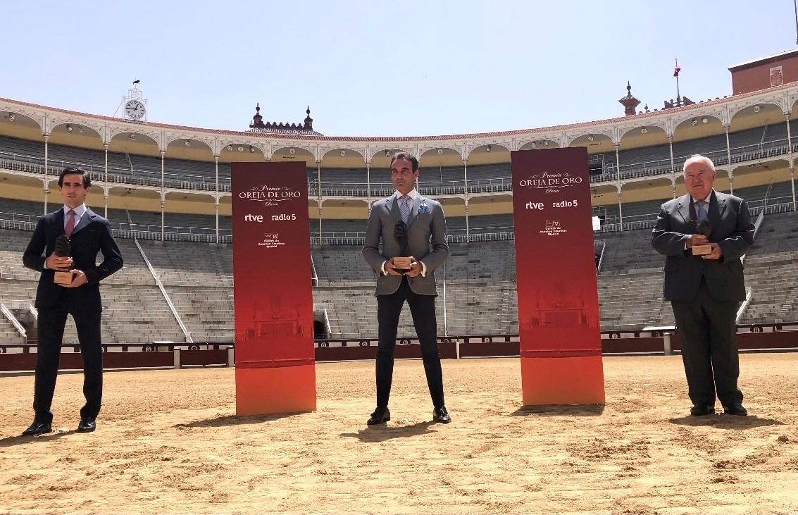 Juan Ortega, Enrique Ponce y Victoriano del Río, ayer en Las Ventas.