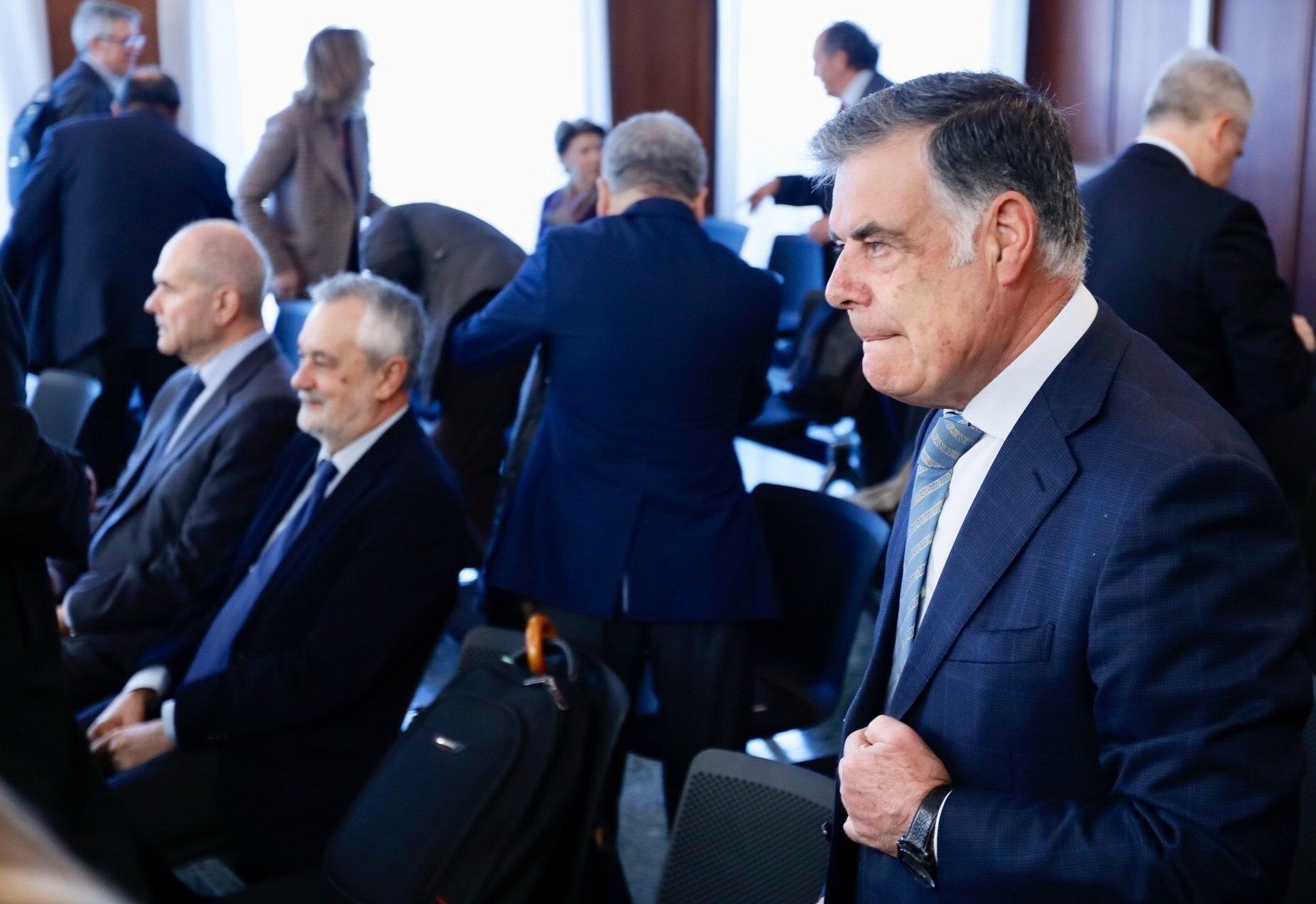 José Antonio Viera, a la derecha, Chaves y Griñán, en el juicio celebrado en la Audiencia.