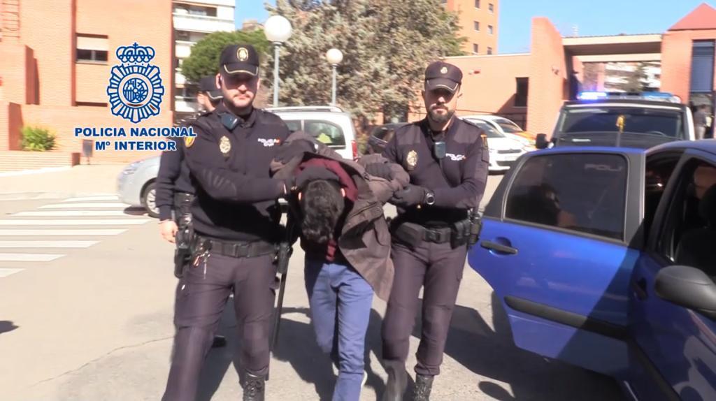 El condenado custodiado por dos policías.