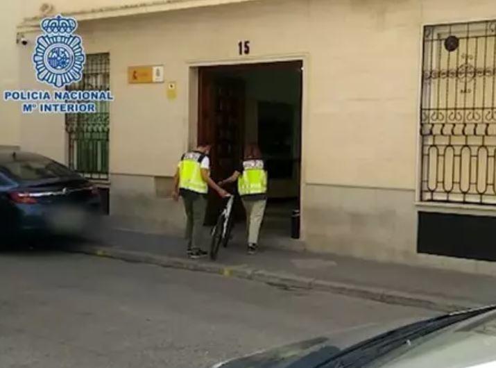 Dos agentes con una de la bicicletas recuperadas al detenido.