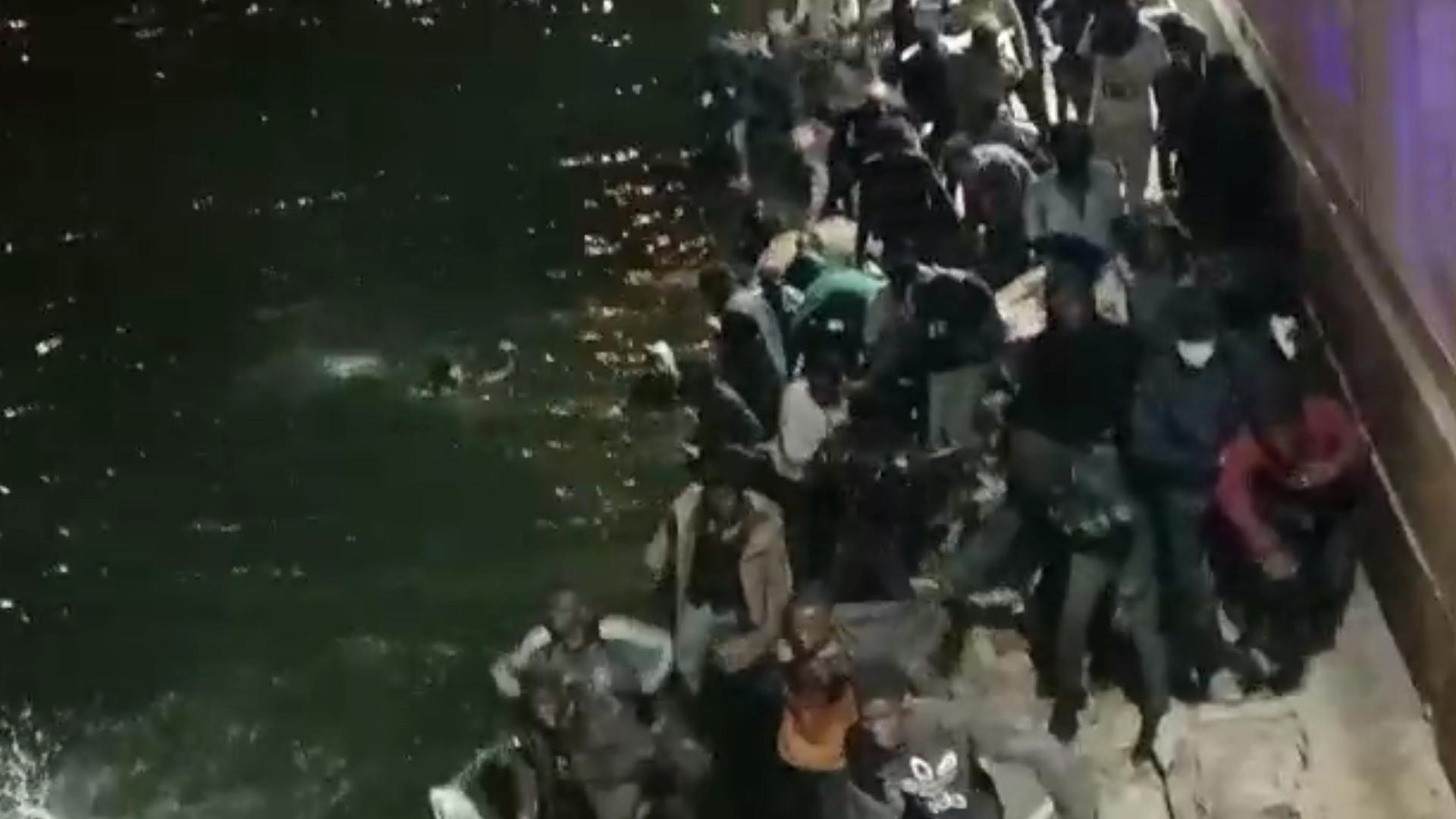 Los inmigrantes llevaban palos y piedras