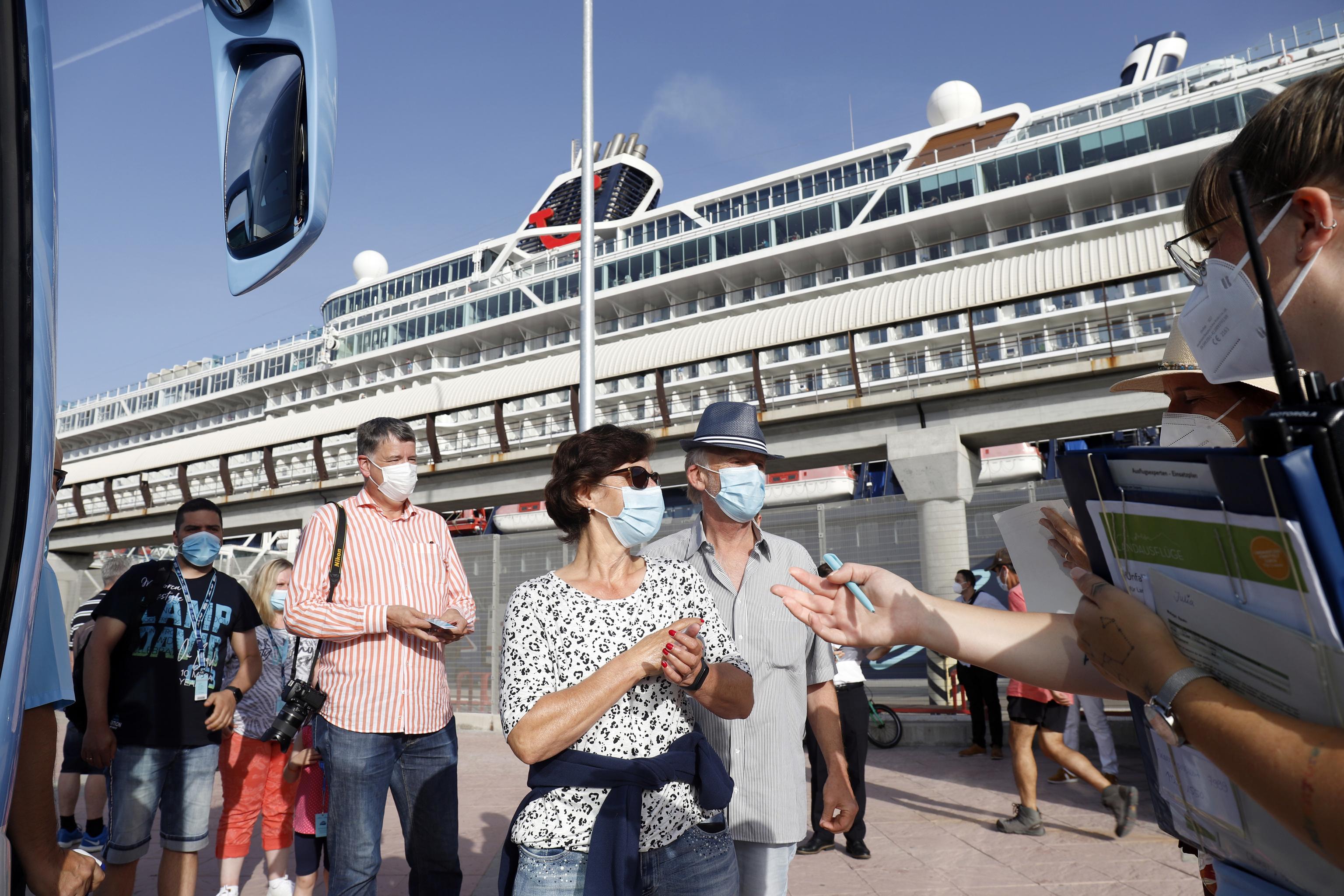 Turistas saliendo del buque crucero Mein Shiff 2, que ha llegado de la primera escala a el puerto de Málaga
