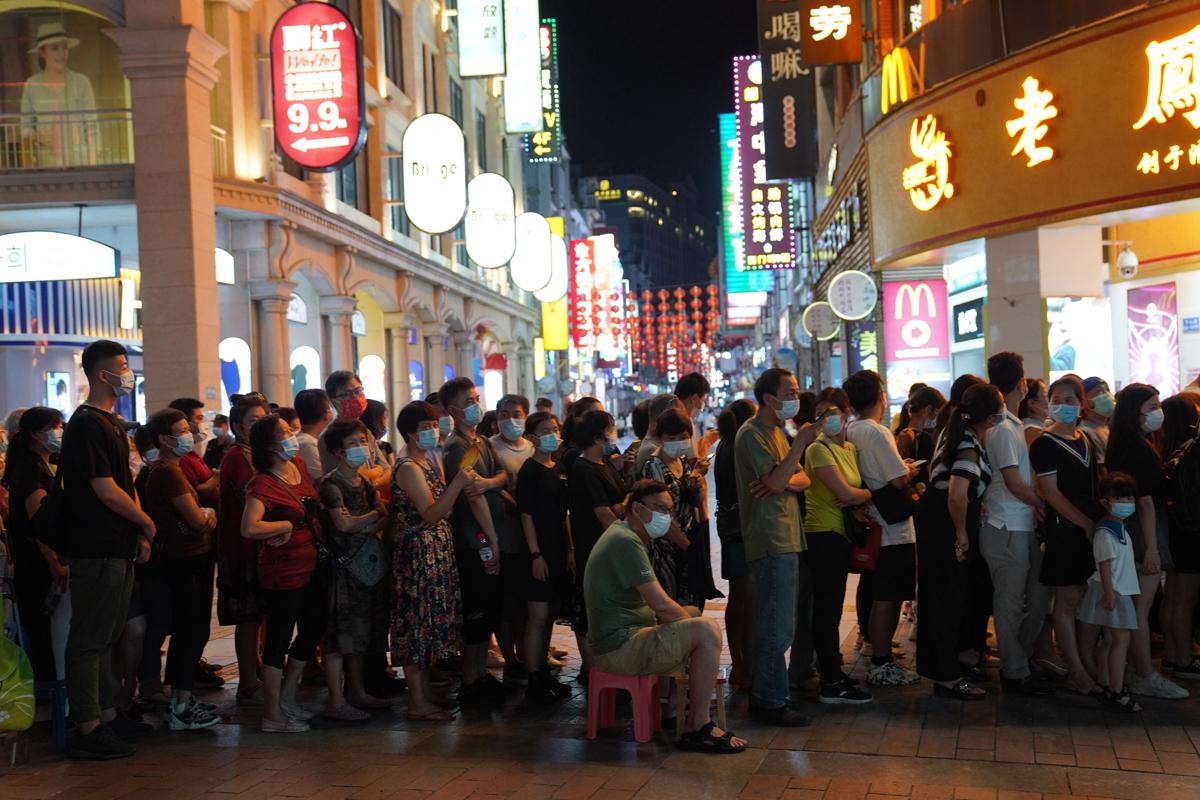 Fila para someterse a un test de Covid en Guangzhou, China.