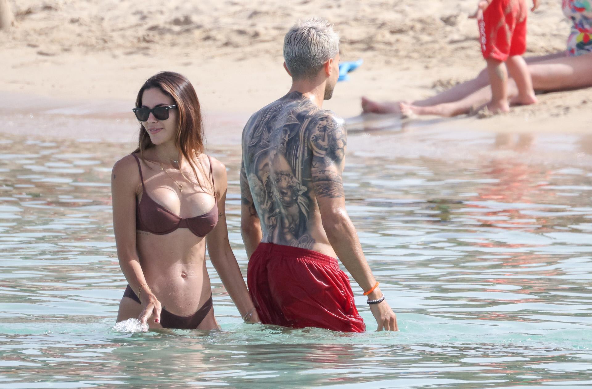 Marc Bartra y su mujer, Melissa Jiménez, en Ibiza.