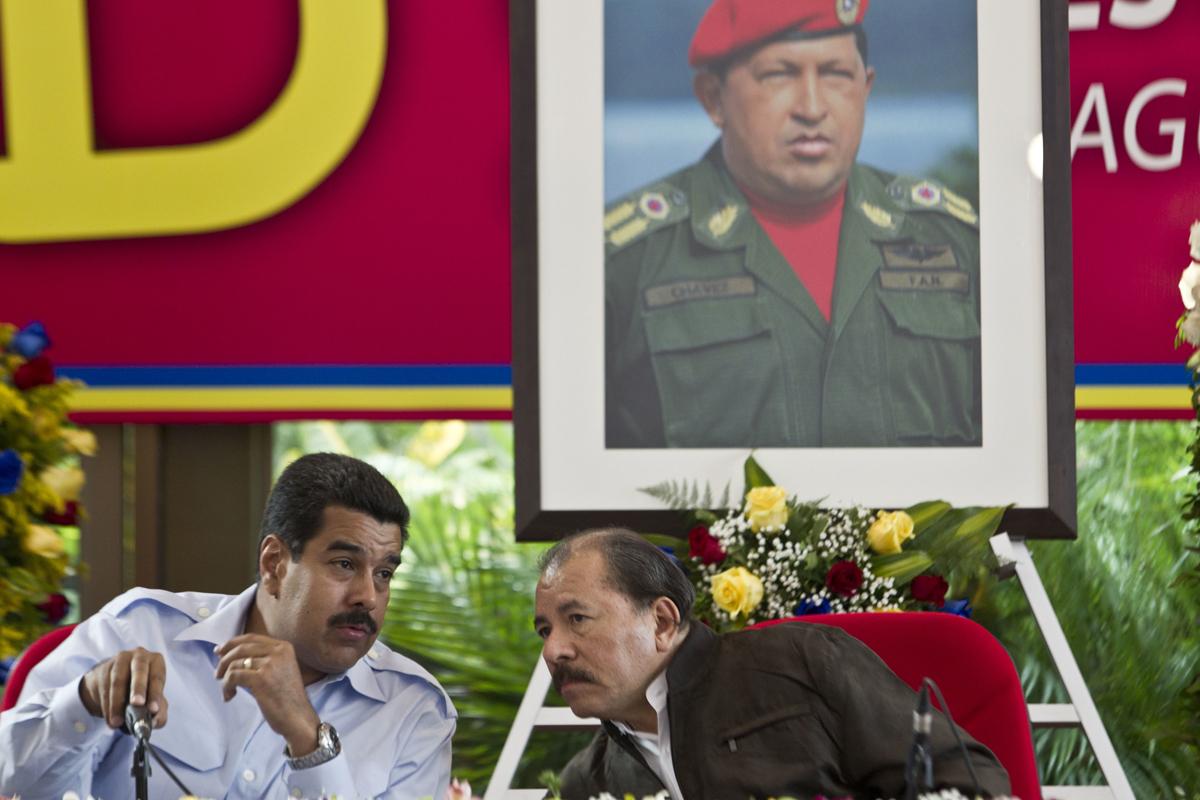 Nicolás Maduro, a la izquierda, conversa con Daniel Ortega en Managua.