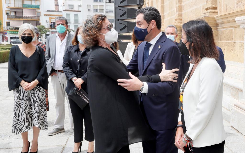 El presidente de la Junta, Juanma Moreno, saluda a una de las hijas de Clavero.