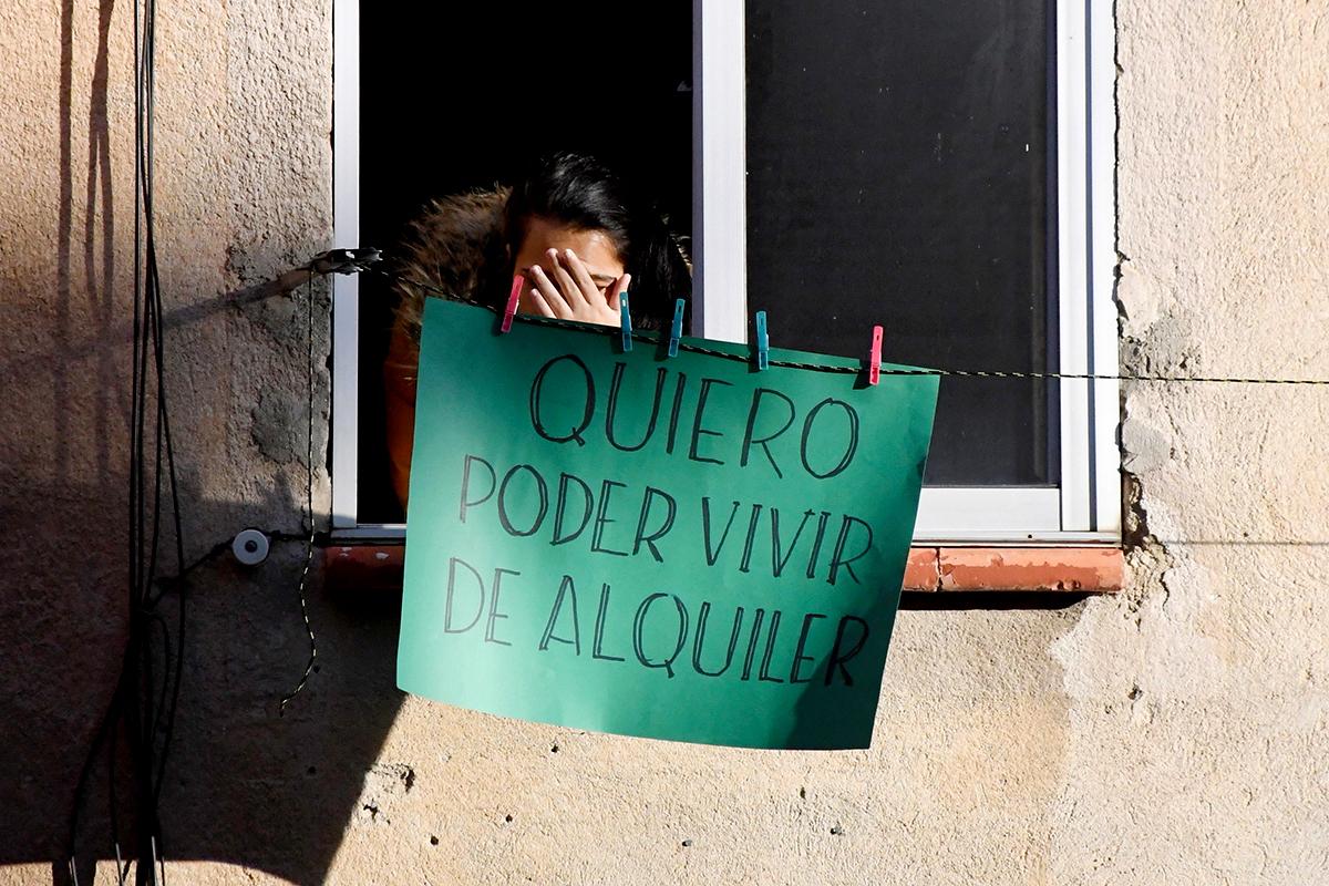 Una vecina de un edificio donde se frustró un desahucio en Segovia.
