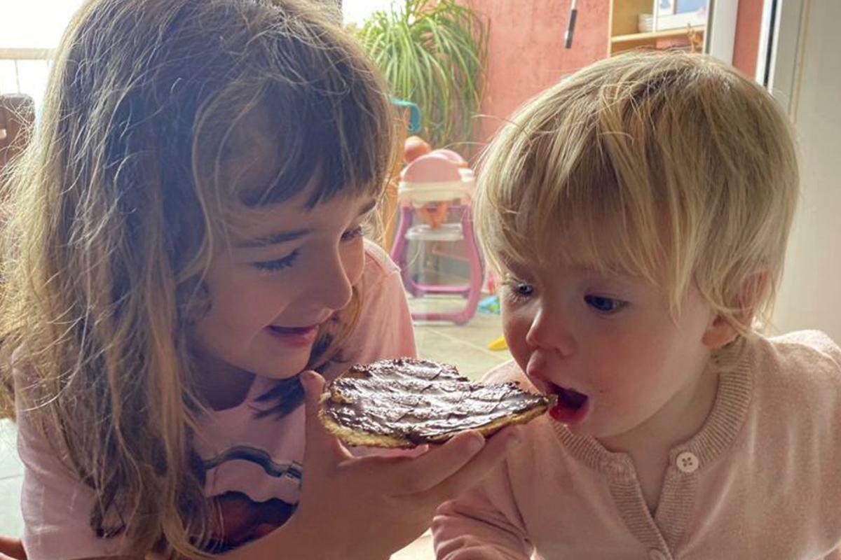 Olivia, de seis años, y su hermana Anna, de uno.