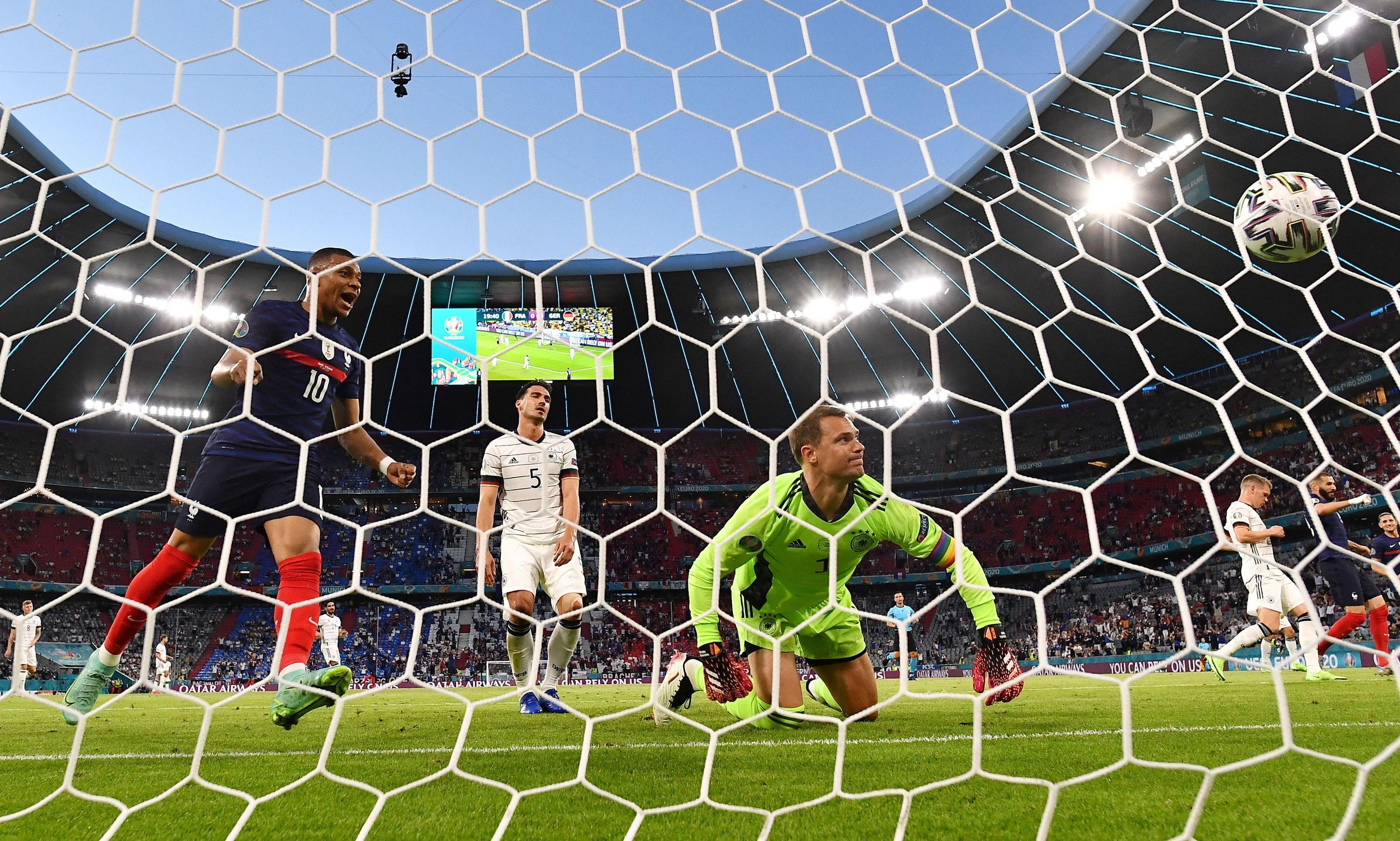 Mbappé celebra el gol en propia puerta de Hummels.