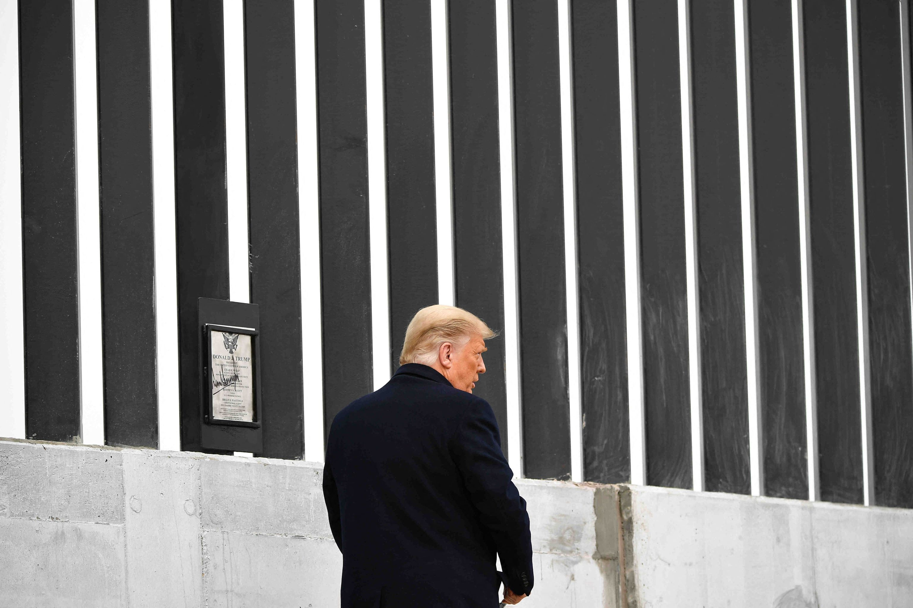 Donald Trump visits the border wall with M