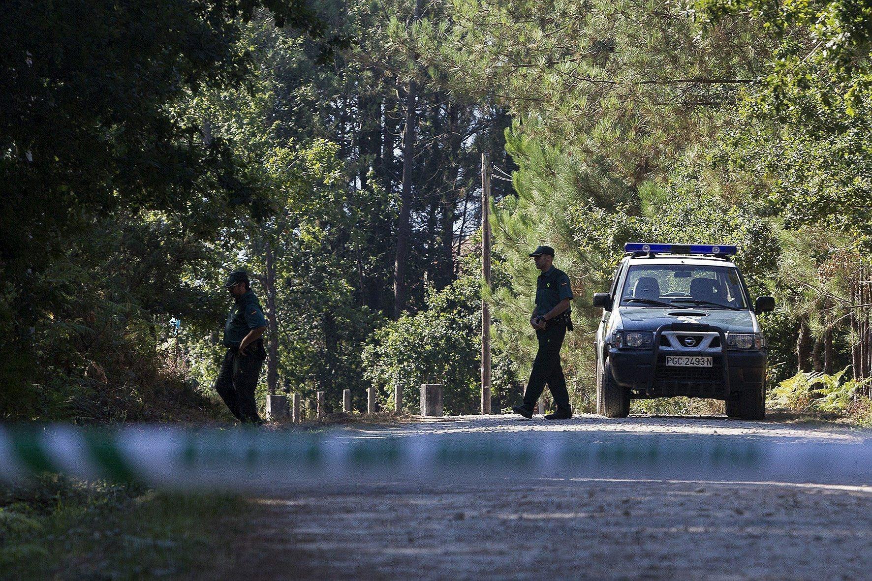 Agentes de la Guardia Civil custodian una pista forestal de Cacheiras, perteneciente al municipio Coruñes de Teo, zona donde fue hallado esta madrugada el cuerpo sin vida de una niña de 12 años que presenta signos de violencia según las primeras investigaciones