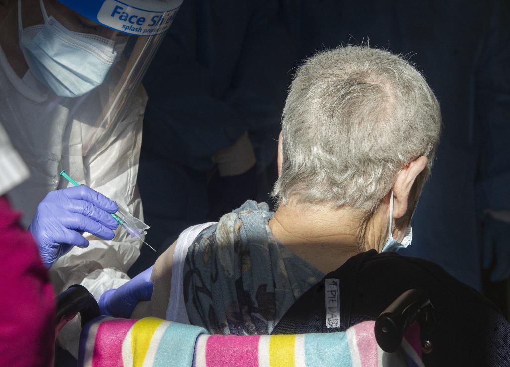 Un anciano recibe la vacuna contra el Covid-19.