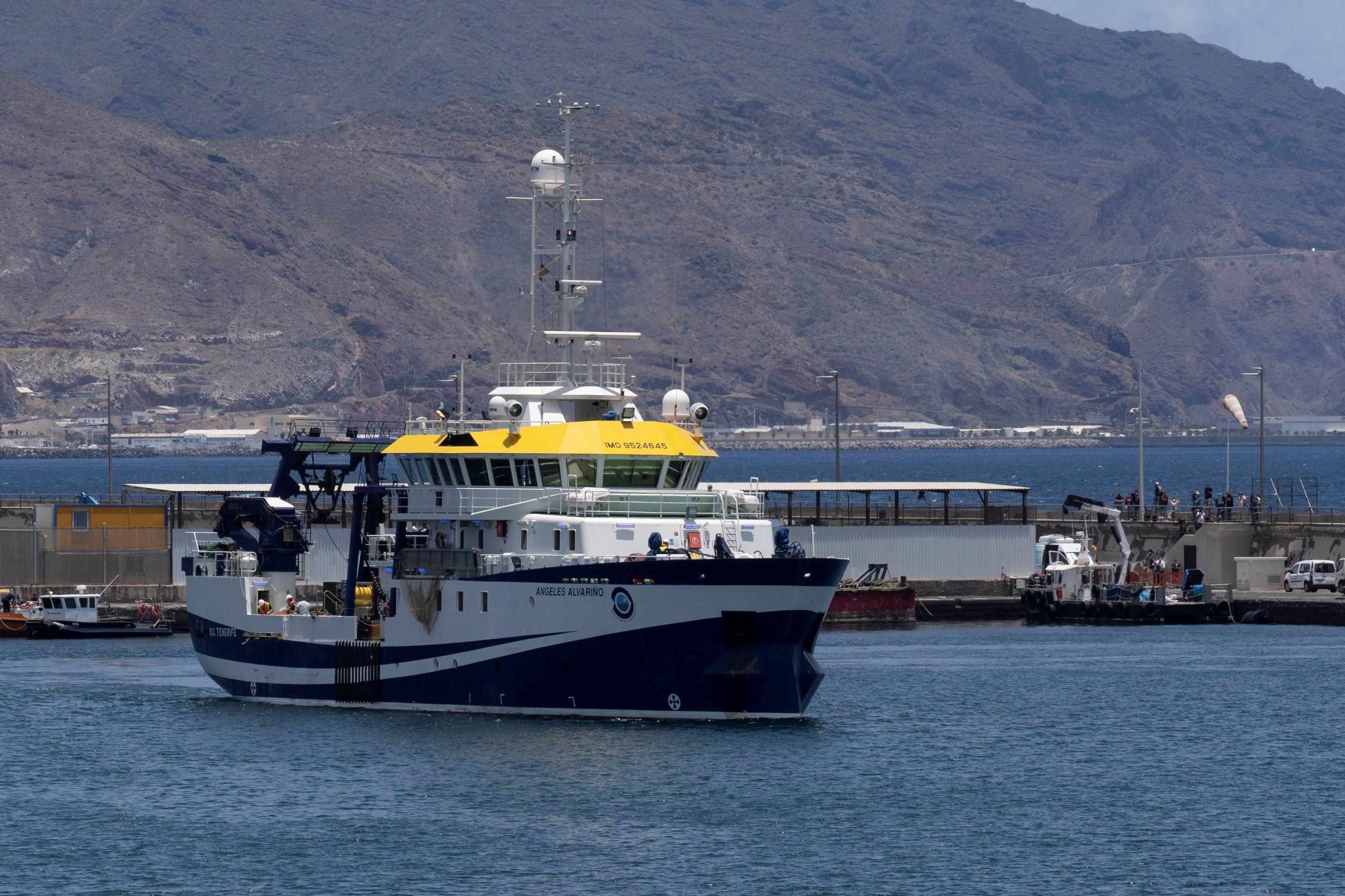 El buque del Instituto Español de Oceanografía 'Ángeles Alvariño' durante el rastreo en Tenerife.
