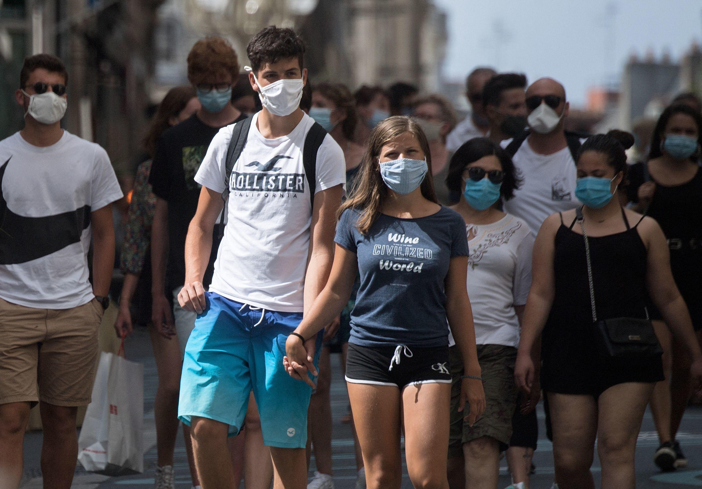 Personas con mascarilla en una calle de Nantes, el pasado agosto.
