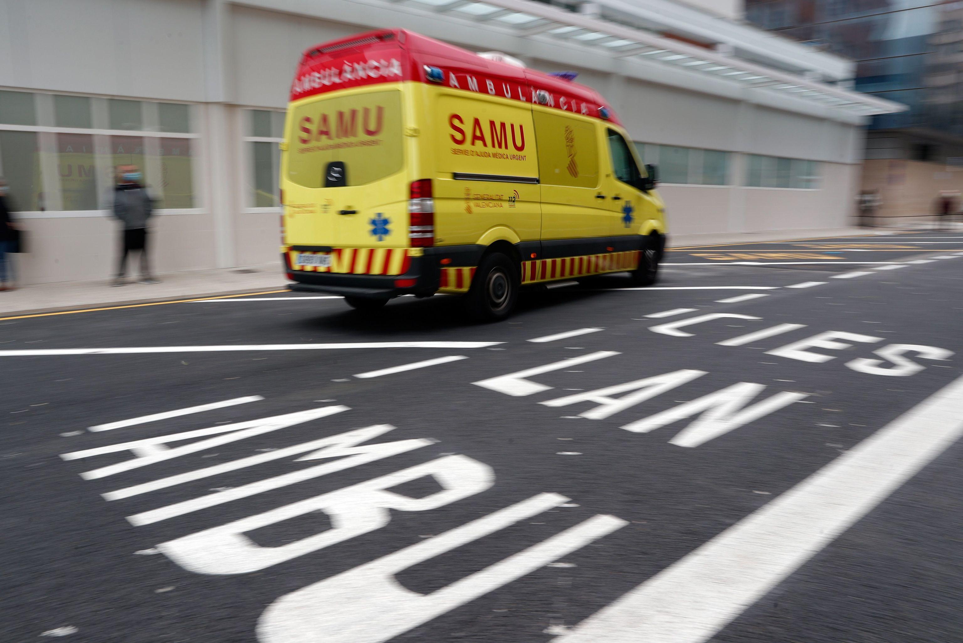 Ambulancia a las puertas del Hospital Clínico de Valencia.