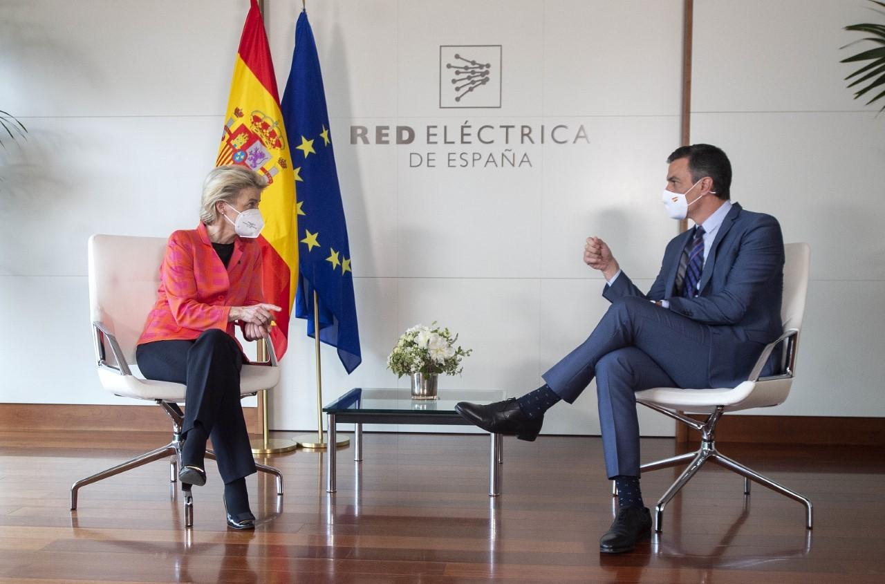 La presidenta de la Comisión Europea, Úrsula Von der Leyen y el Presidente de Gobierno, Pedro Sánchez