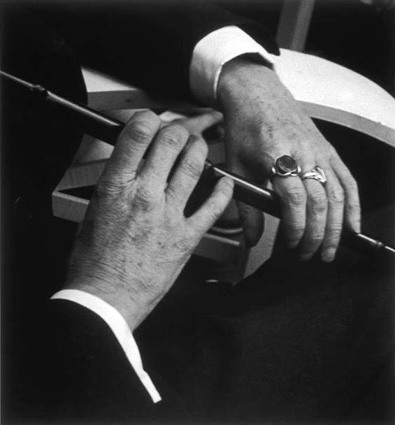 Las manos de James Joyce, tres años antes de su muerte y fotografiadas por Gisèle Freund en París