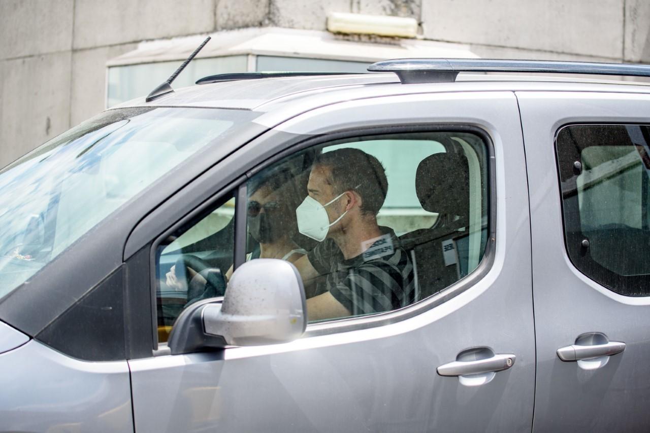 Julen Arzuaga y Beatriz Ilardia salen ayer de la prisión.