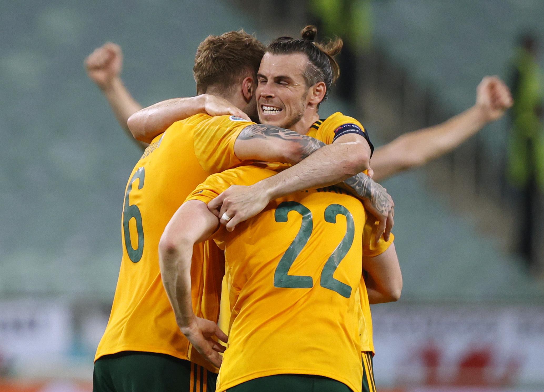 Bale celebra con Joe Rodon y Chris Mepham el triunfo ante Turquía.