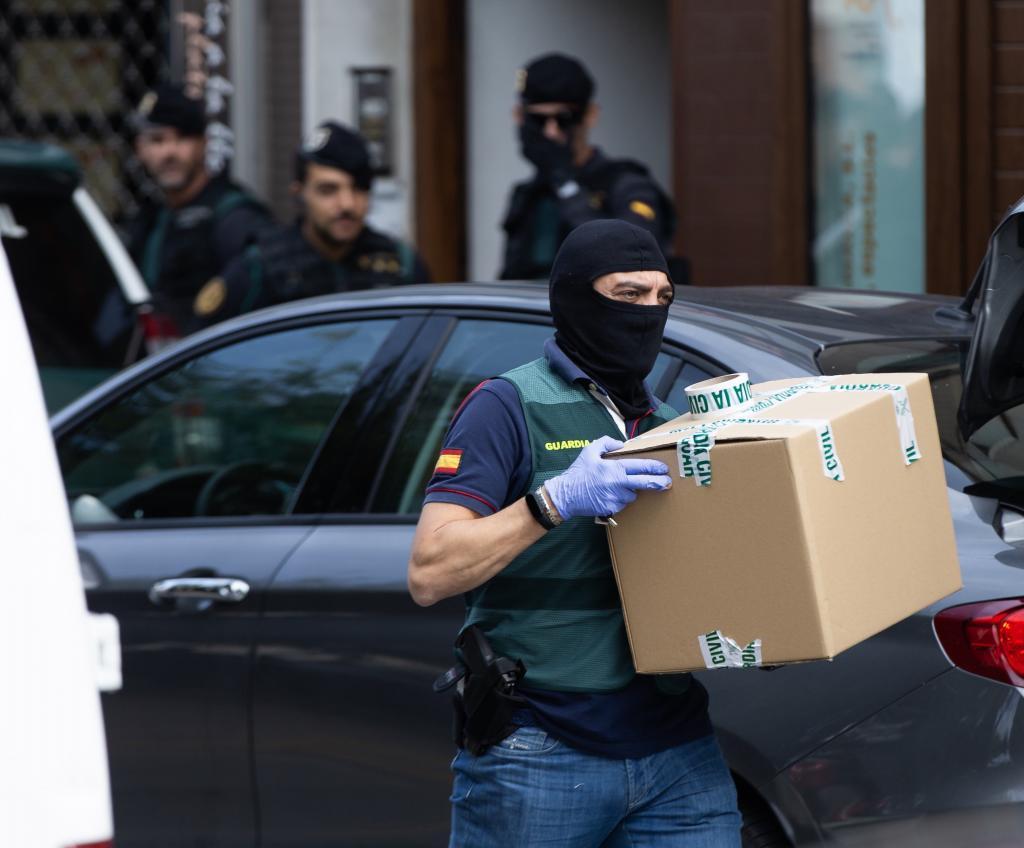 Registro en Sabadell tras la detención de nueve independentistas vinculados con los CDR