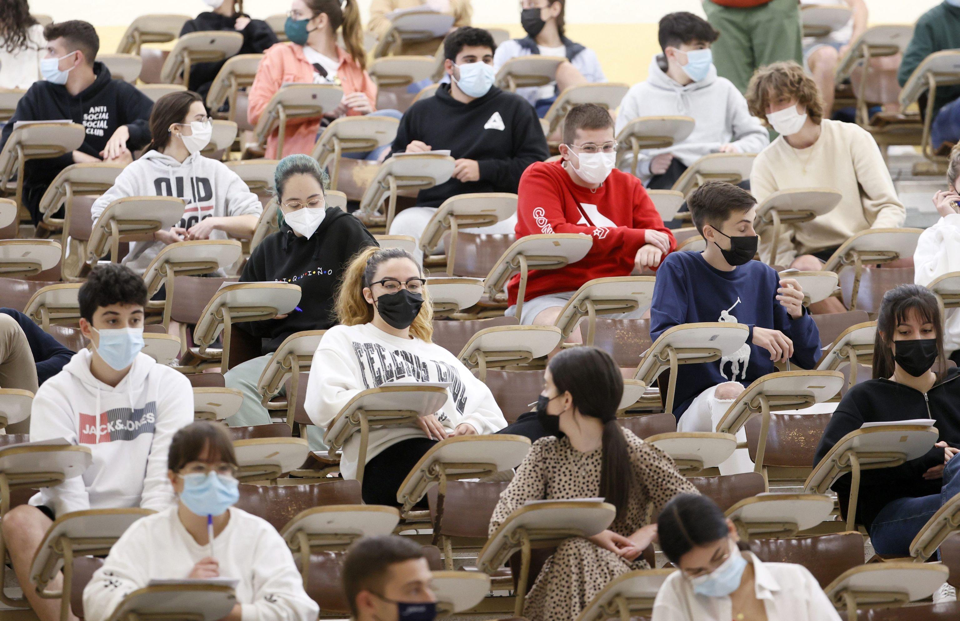 Estudiantes antes de la prueba de EBAU en Santiago de Compostela.