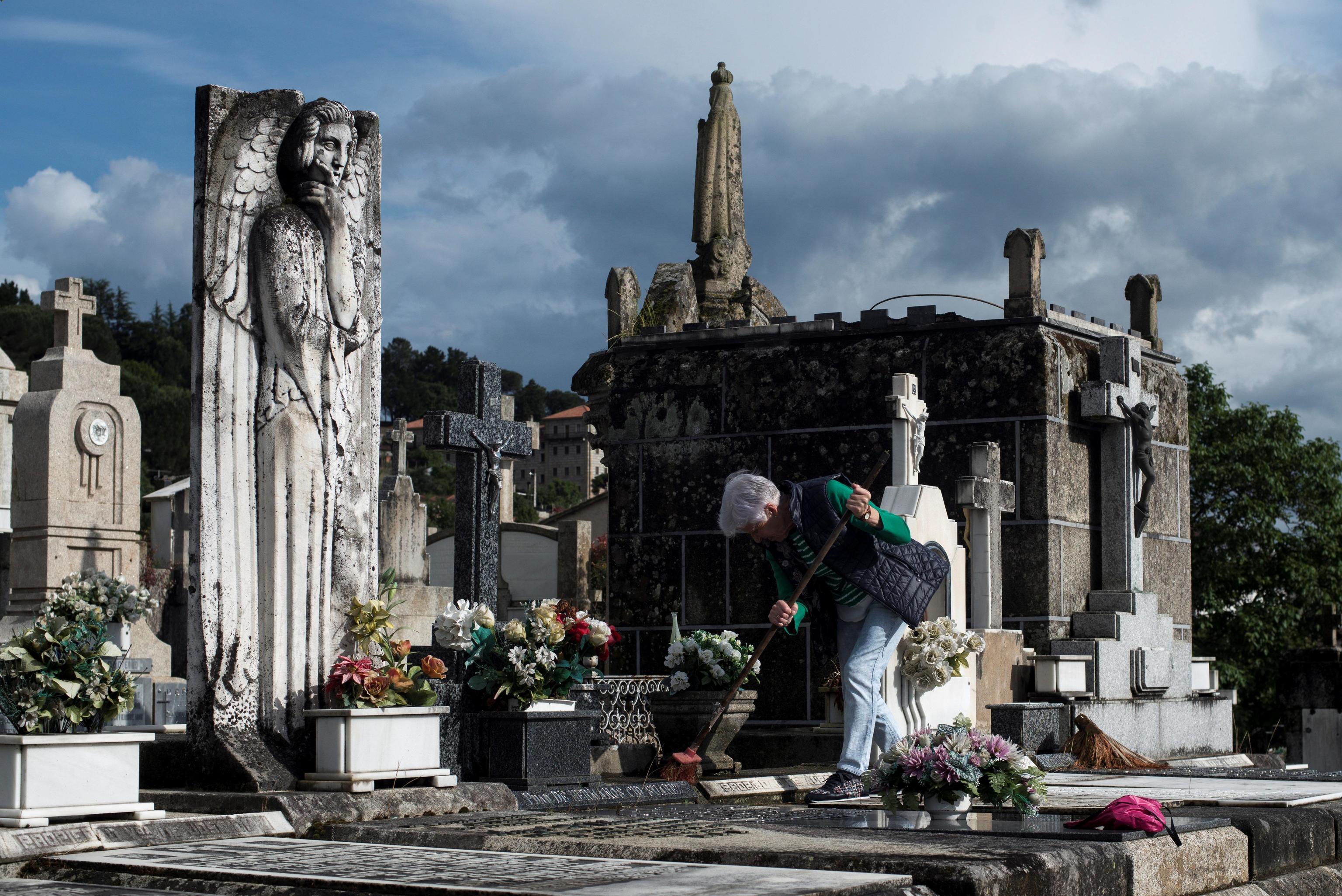 Una mujer realiza labores de limpieza en el cementerio de San Francisco en Ourense.