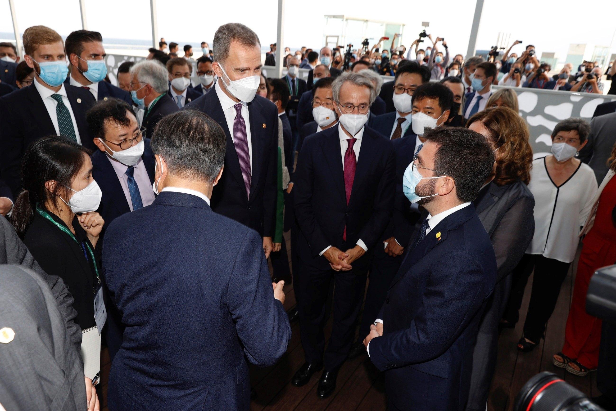 El Rey conversa con el presidente de la Generalitat, Pere Aragonès, en presencia del presidente de la República de Corea del Sur antes de la cena inaugural de la reunión  del Cercle d'Economia.