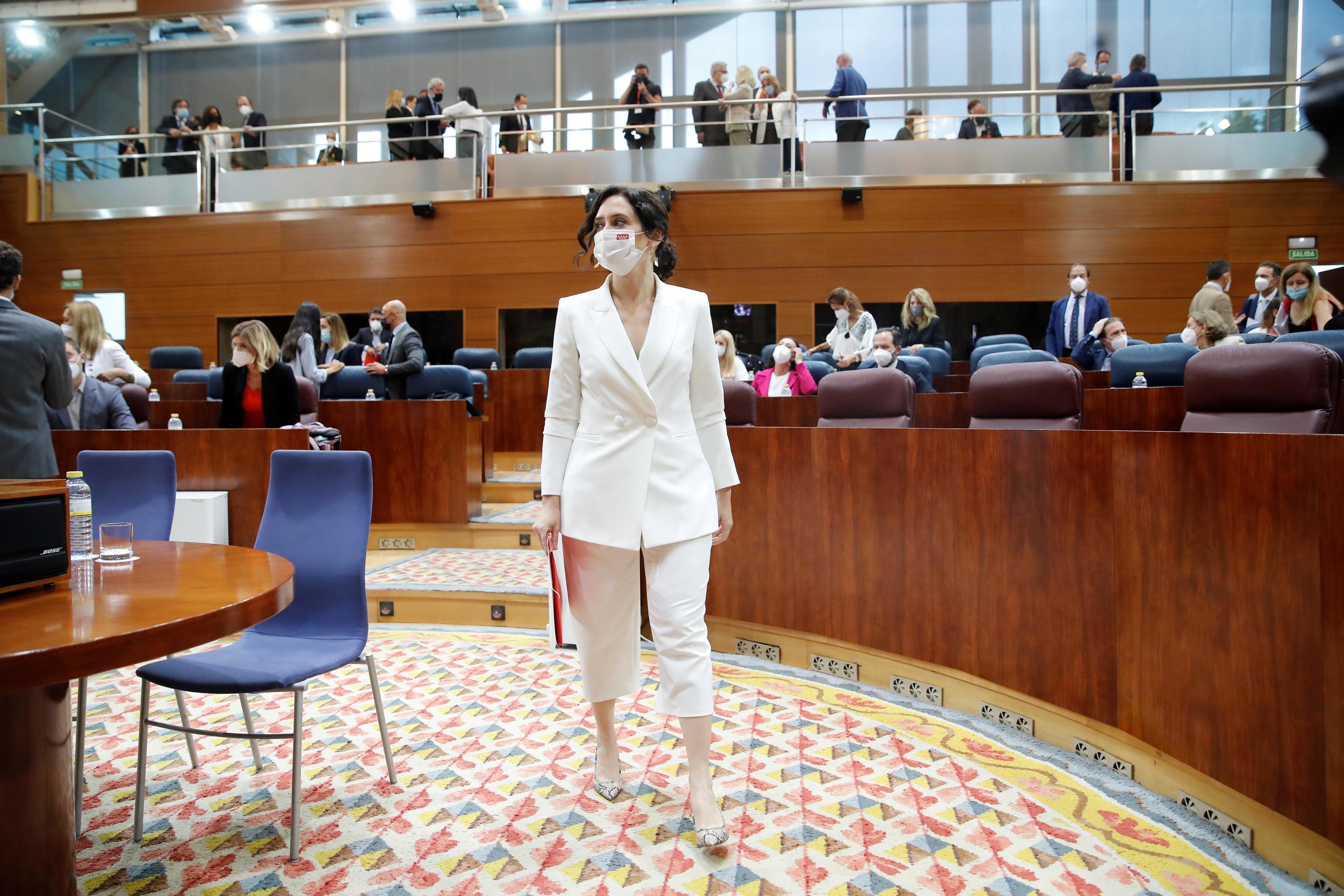 La presidenta en funciones y candidata a la Presidencia de la Comunidad de Madrid, Isabel Díaz Ayuso, antes de comenzar el debate de investidura.