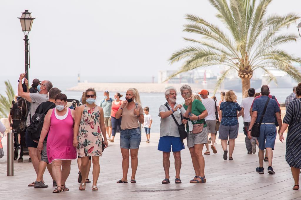 Turistas paseando estos días por el centro de Palma.