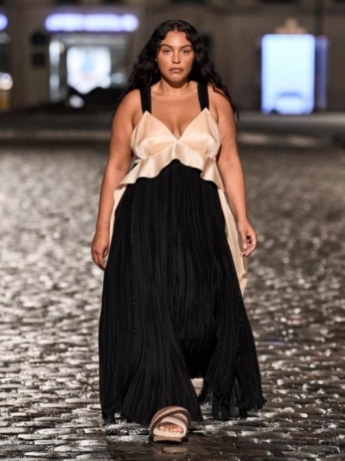 La modelo Paloma Elsesser en el desfile de Chloé