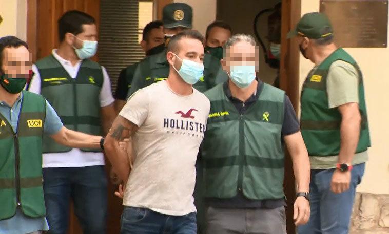 David, El Tuvi, acompañado por la Guardia Civil.