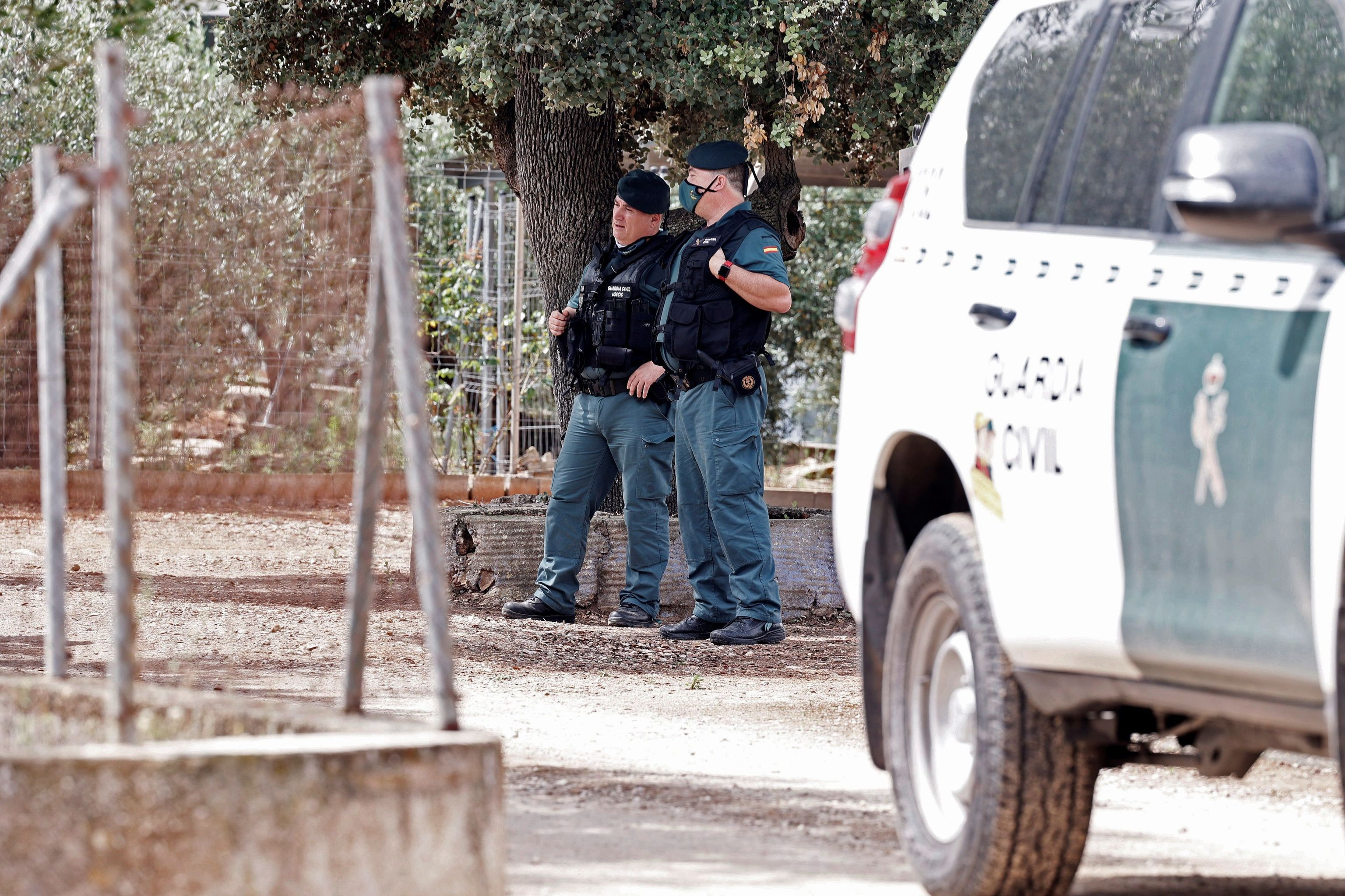 Agentes durante el registro de la finca familiar del detenido.