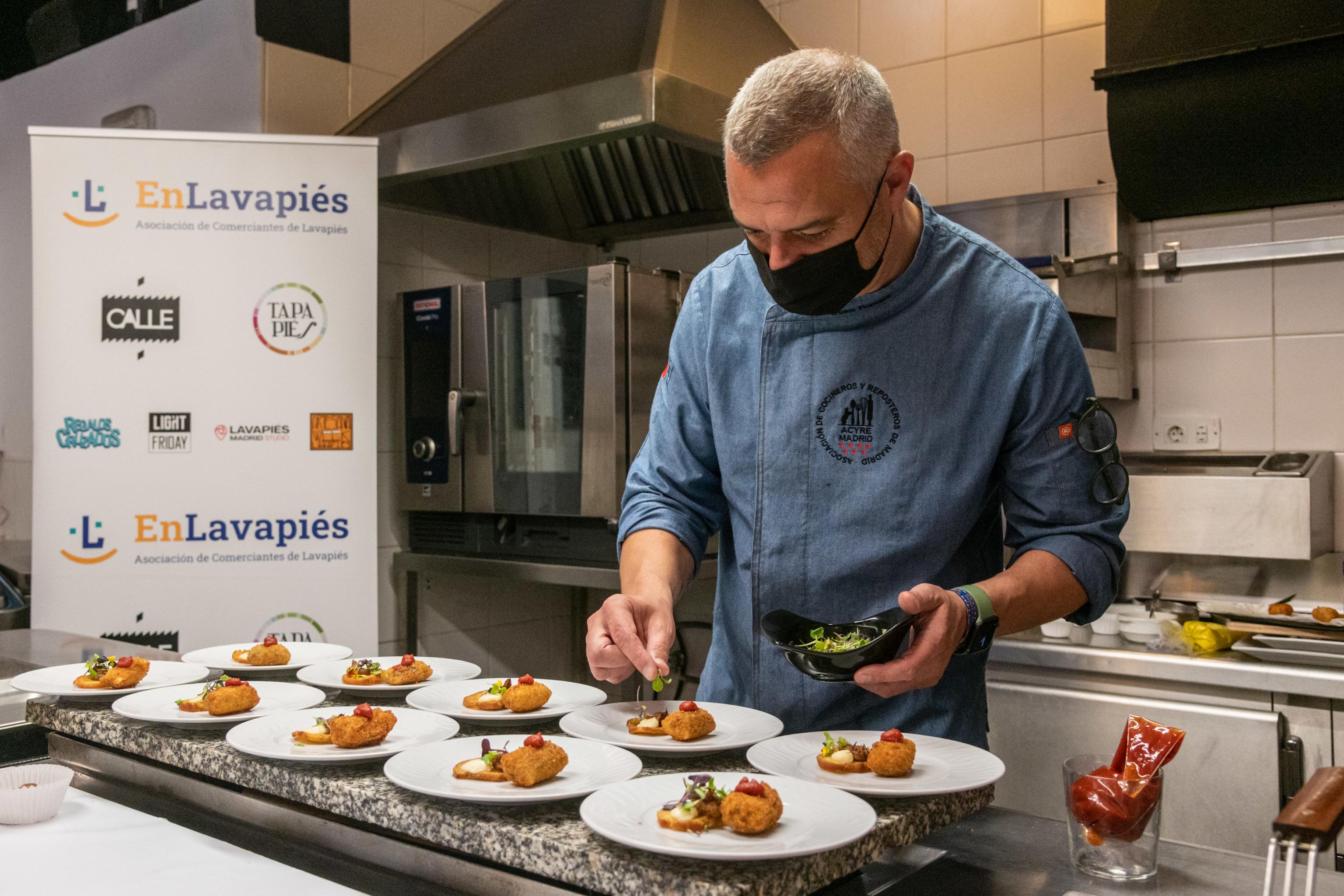 El cocinero Juan Pozuelo emplata sus croquetas en el 'showcooking' de este jueves.