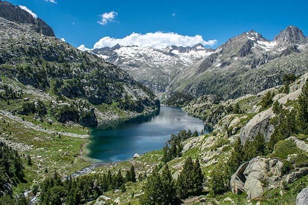 El parque aparece salpicado por fotogénicos lagos.