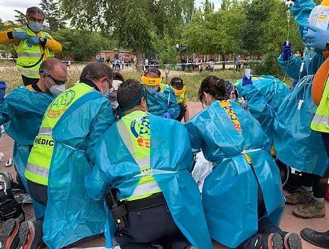 Santiarios realizan tareas de reanimación en el lugar del suceso.