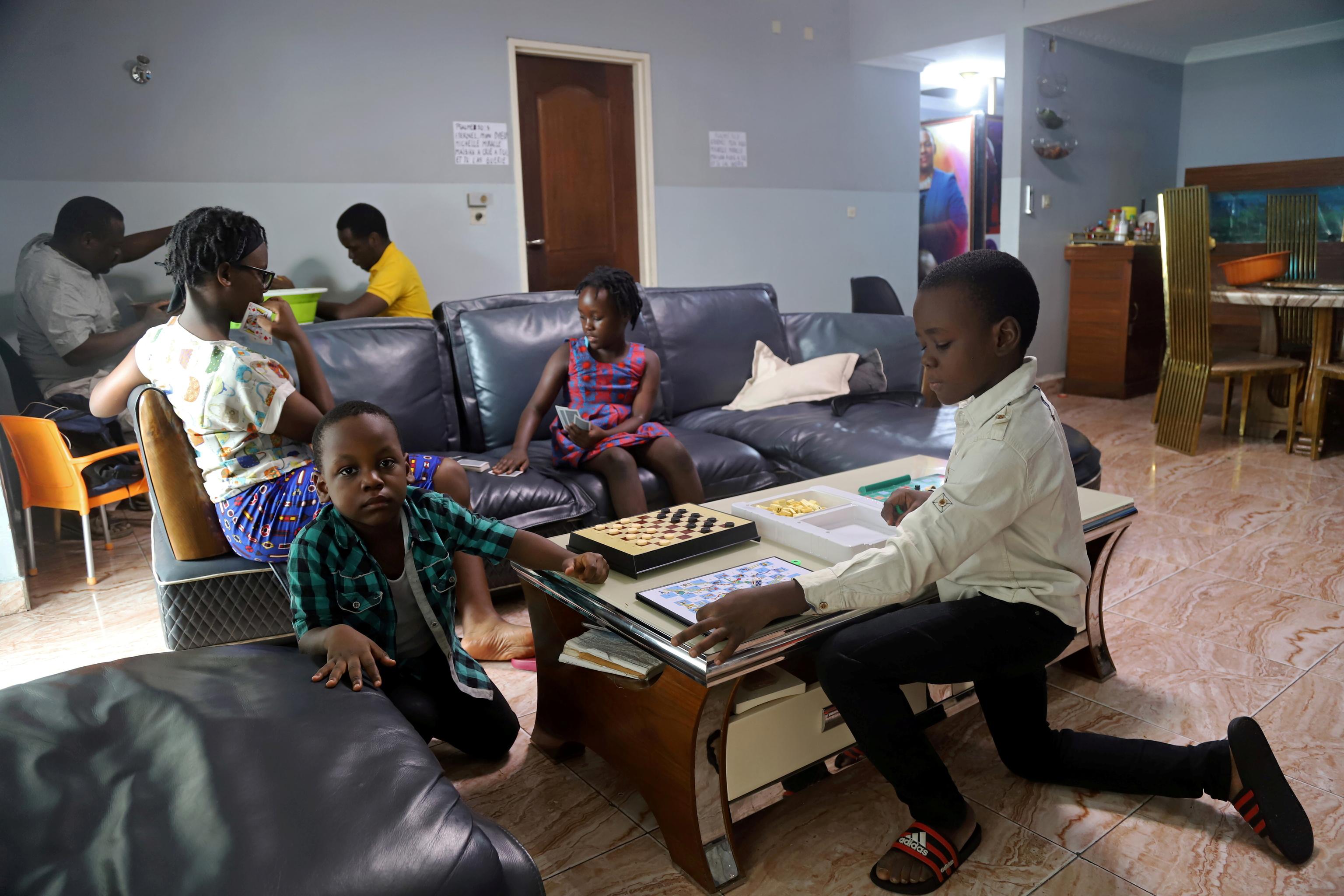 Niños juegan durante el confinamiento en Kinshasa.